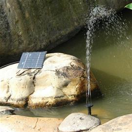 Aurinkoenergialla toimiva vesipumppu suihkulähteeseen