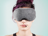 Unimaski, jossa bluetooth-kuulokkeet