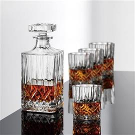 Aida Harvey, viskikarahvi ja neljä viskilasia