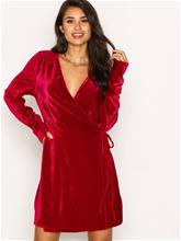 NLY Trend Fancy Velvet Wrap Dress Loose fit Punainen