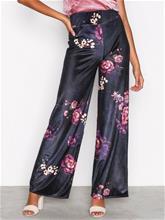 NLY Trend Wide Velvet Set Pants Housut Kuviollinen