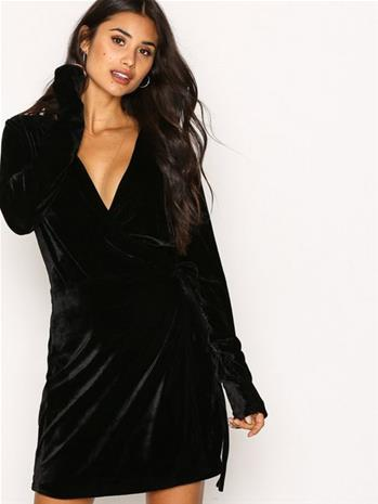 NLY Trend Fancy Velvet Wrap Dress Loose fit Musta