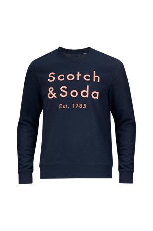 """Scotch & Soda"""" """"Collegepusero, jossa kirjailtu logo edessä"""