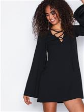 Missguided Lace Up Flared Sleeve Dress Pitkähihaiset mekot Black
