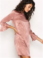 NLY Trend All About The Sleeve Dress Vaalea pinkki