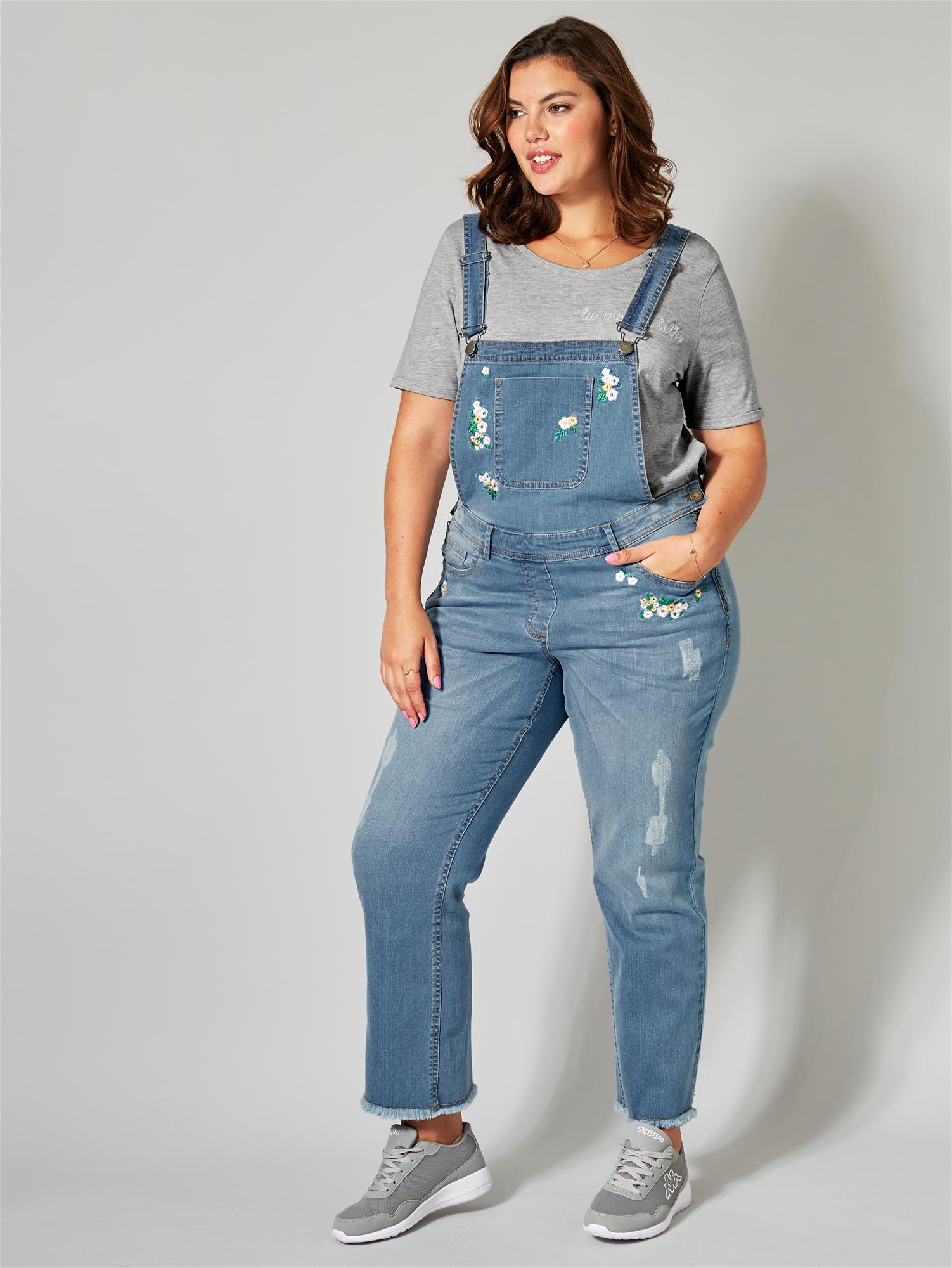 Aikuinen nainenkin voi näyttää hyvältä muodissa olevissa farkkuhaalareissa.