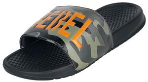 Rock Rebel by EMP - Schwarze EMPiletten mit Camouflage Muster und knalligem Schriftzug - Sandaalit - Unisex - Musta, Miesten kengät
